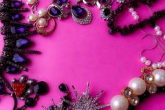 De mooie kostbare glanzende reeks van juwelen in betoverende juwelen, halsband, oorringen, ringen, kettingen, broches met parels royalty-vrije stock afbeelding