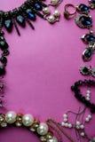 De mooie kostbare glanzende reeks van juwelen in betoverende juwelen, halsband, oorringen, ringen, kettingen, broches met parels royalty-vrije stock afbeeldingen