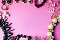 De mooie kostbare glanzende reeks van juwelen in betoverende juwelen, halsband, oorringen, ringen, kettingen, broches met parels stock foto's