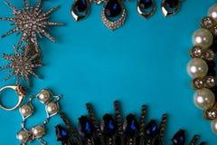 De mooie kostbare glanzende reeks van juwelen in betoverende juwelen, halsband, oorringen, ringen, kettingen, broches met parelsd royalty-vrije stock afbeelding