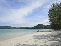 De mooie kust met azuurblauwe overzees en wit zand, Blauwe hemel met cirrus betrekt, exemplaarruimte royalty-vrije stock afbeelding