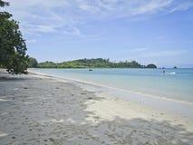 De mooie kust met azuurblauwe overzees en wit zand, Blauwe hemel met cirrus betrekt, exemplaarruimte stock afbeelding