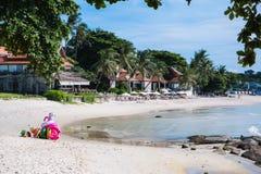 De mooie kust met wit zand en een bungalow stock fotografie