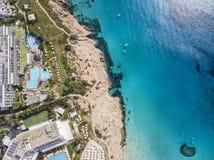 De mooie kustlijn van Cyprus, Middellandse Zee van turkooise kleur Huizen op de Mediterrane stad van de kusttoerist met Lang royalty-vrije stock foto