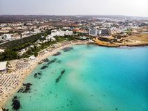 De mooie kustlijn van Cyprus, Middellandse Zee van turkooise kleur Huizen op de Mediterrane stad van de kusttoerist met Lang stock afbeelding