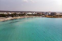 De mooie kustlijn van Cyprus, Middellandse Zee van turkooise kleur Huizen op de Mediterrane stad van de kusttoerist met Lang royalty-vrije stock afbeeldingen
