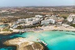 De mooie kustlijn van Cyprus, Middellandse Zee van turkooise kleur Huizen op de Mediterrane stad van de kusttoerist Nissistrand royalty-vrije stock afbeeldingen