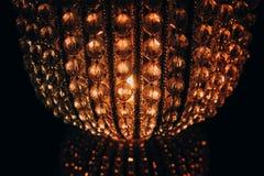 De mooie lamp van de kristalkroonluchter op zwarte achtergrond Stock Foto's