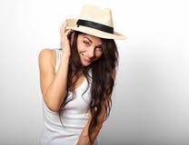 De mooie lange lachende vrouw van de haarpret in wit bovenkant en stro Ha Stock Fotografie