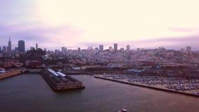 De mooie luchtmening van de binnenstad van San Francisco over de baai stock videobeelden