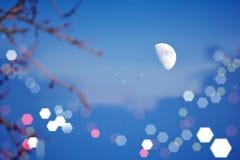 De mooie maan bij nacht glanst met fascinerende schittering royalty-vrije stock foto's