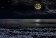 De mooie magische blauwe nachthemel met wolken en volle maan speelt bezinning in water mee Stock Foto's