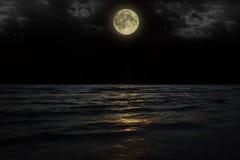 De mooie magische blauwe nachthemel met wolken en volle maan speelt bezinning in water mee Royalty-vrije Stock Afbeeldingen