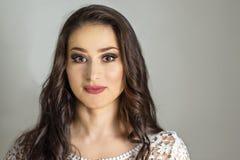 De mooie Make-up van de Manierluxe, lange wimpers, perfecte huid gezichtssamenstelling Maakt de modelvrouw van het schoonheidsblo Stock Afbeelding