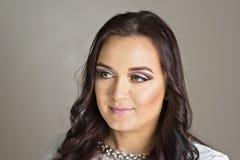 De mooie Make-up van de Manierluxe, lange wimpers, perfecte huid gezichtssamenstelling Maakt de modelvrouw van het schoonheidsblo Royalty-vrije Stock Foto