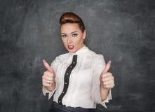 De mooie maniervrouw die duimen tonen ondertekent omhoog Stock Foto