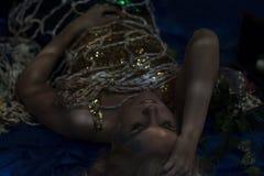De mooie meermin raakte netto onderwater Royalty-vrije Stock Afbeelding