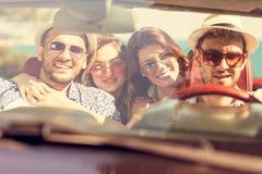 De mooie meisjes die van de partijvriend in een auto op het gelukkige strand dansen Royalty-vrije Stock Afbeelding