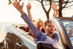 De mooie meisjes die van de partijvriend in een auto op het gelukkige strand dansen Stock Fotografie