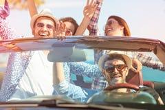 De mooie meisjes die van de partijvriend in een auto op het gelukkige strand dansen Royalty-vrije Stock Fotografie