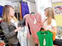 De mooie meisjes kiezen kleren uit Stock Fotografie