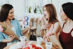 De mooie Meisjes in Kleding vieren Gelukkige Dag Versheid en Gelukkige Vrouw in whit Vakantie dag 8 Maart De gift voor Familie vi royalty-vrije stock afbeelding