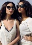 De mooie meisjes met donker haar draagt toevallige elegante kleren en zonnebril Royalty-vrije Stock Foto