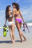 De mooie Meisjes van Bikinivrouwen bij Strand stock foto's