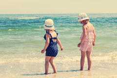 De mooie meisjes (zusters) lopen en spelen Royalty-vrije Stock Foto's