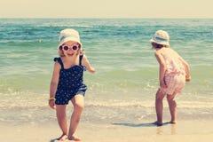 De mooie meisjes (zusters) lopen en spelen op Stock Afbeelding
