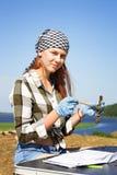 De mooie meisjesarcheoloog ontruimt zorgvuldig de vondst met een borstel stock afbeeldingen