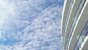 De mooie mening over een modern gebouw, panning schot openbaart bewolkt hemel en exemplaar ruimtegebied voor tekst of titels stock video