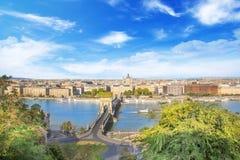 De mooie mening van de Basiliek van Heilige Istvan en de Szechenyi-ketting overbruggen over de Donau in Boedapest Stock Fotografie