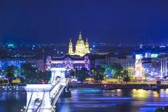 De mooie mening van de Basiliek van Heilige Istvan en de Szechenyi-ketting overbruggen over de Donau in Boedapest Stock Foto's