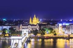De mooie mening van de Basiliek van Heilige Istvan en de Szechenyi-ketting overbruggen over de Donau in Boedapest Royalty-vrije Stock Afbeeldingen
