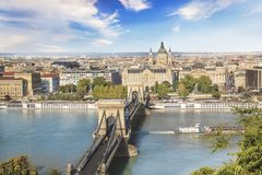 De mooie mening van de Basiliek van Heilige Istvan en de Szechenyi-ketting overbruggen over de Donau in Boedapest, Hongarije Stock Afbeeldingen