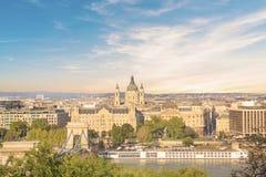 De mooie mening van de Basiliek van Heilige Istvan en de Szechenyi-ketting overbruggen over de Donau in Boedapest, Hongarije Royalty-vrije Stock Afbeeldingen