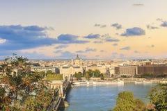 De mooie mening van de Basiliek van Heilige Istvan en de Szechenyi-ketting overbruggen over de Donau in Boedapest, Hongarije Stock Afbeelding