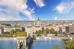 De mooie mening van de Basiliek van Heilige Istvan en de Szechenyi-ketting overbruggen over de Donau in Boedapest, Hongarije Royalty-vrije Stock Foto