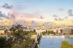 De mooie mening van de Basiliek van Heilige Istvan en de Szechenyi-ketting overbruggen over de Donau in Boedapest, Hongarije Royalty-vrije Stock Afbeelding