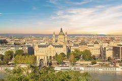 De mooie mening van de Basiliek van Heilige Istvan en de Szechenyi-ketting overbruggen over de Donau in Boedapest, Hongarije Stock Foto's