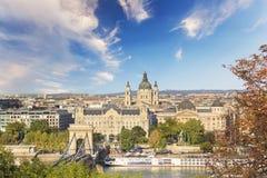 De mooie mening van de Basiliek van Heilige Istvan en de Szechenyi-ketting overbruggen over de Donau in Boedapest, Hongarije Royalty-vrije Stock Fotografie
