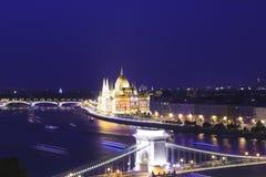 De mooie mening van het Hongaarse Parlementsgebouw en de Széchenyi-ketting overbruggen over de Donau in Boedapest Stock Afbeeldingen