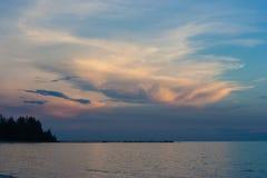 De mooie mening van het zeegezichtparadijs met van de zonsonderganglicht en schemering hemel in Chao Lao Beach, Chanthaburi-Provi Stock Fotografie