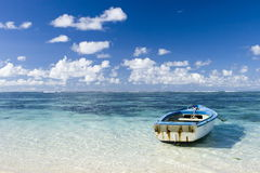 De mooie mening van Mauritius met blauwe oceaan en boot
