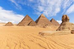 De mooie mening van de Piramides en de Sfinx in Giza verlaten, Egypte stock afbeeldingen