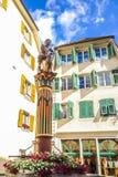 De mooie Mening van de Stadsstraat, Fontein van Samson Simsonbrunnen, Solothurn, Zwitserland Stock Foto
