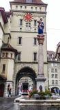 De mooie Mening van de Stadsstraat van het kleurrijke middeleeuwse Anna Seiler-standbeeld bovenop gedetailleerde fontein in Bern, stock fotografie