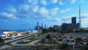 De mooie mening van de tijdtijdspanne van Abu Dhabi-van het stadshorizon en oriëntatiepunt torens van de cornichestraat bij vroeg stock videobeelden