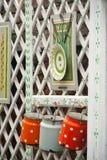 De mooie met de hand gemaakte werken die op houten omheining hangen Stock Fotografie